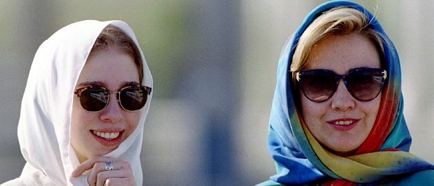 US First Lady Hillary Clinton (R) and daughter Chelsea Clinton (L) wear the traditional Islamic scar..
