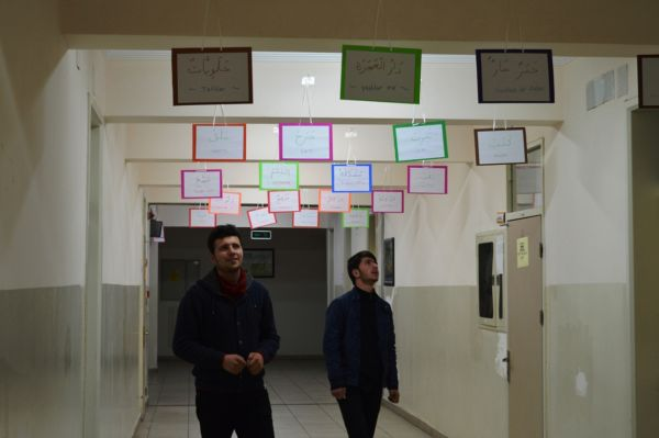 Okul-koridoruna-astiklari-yazilarla-Arapca-calisiyorlar-0400